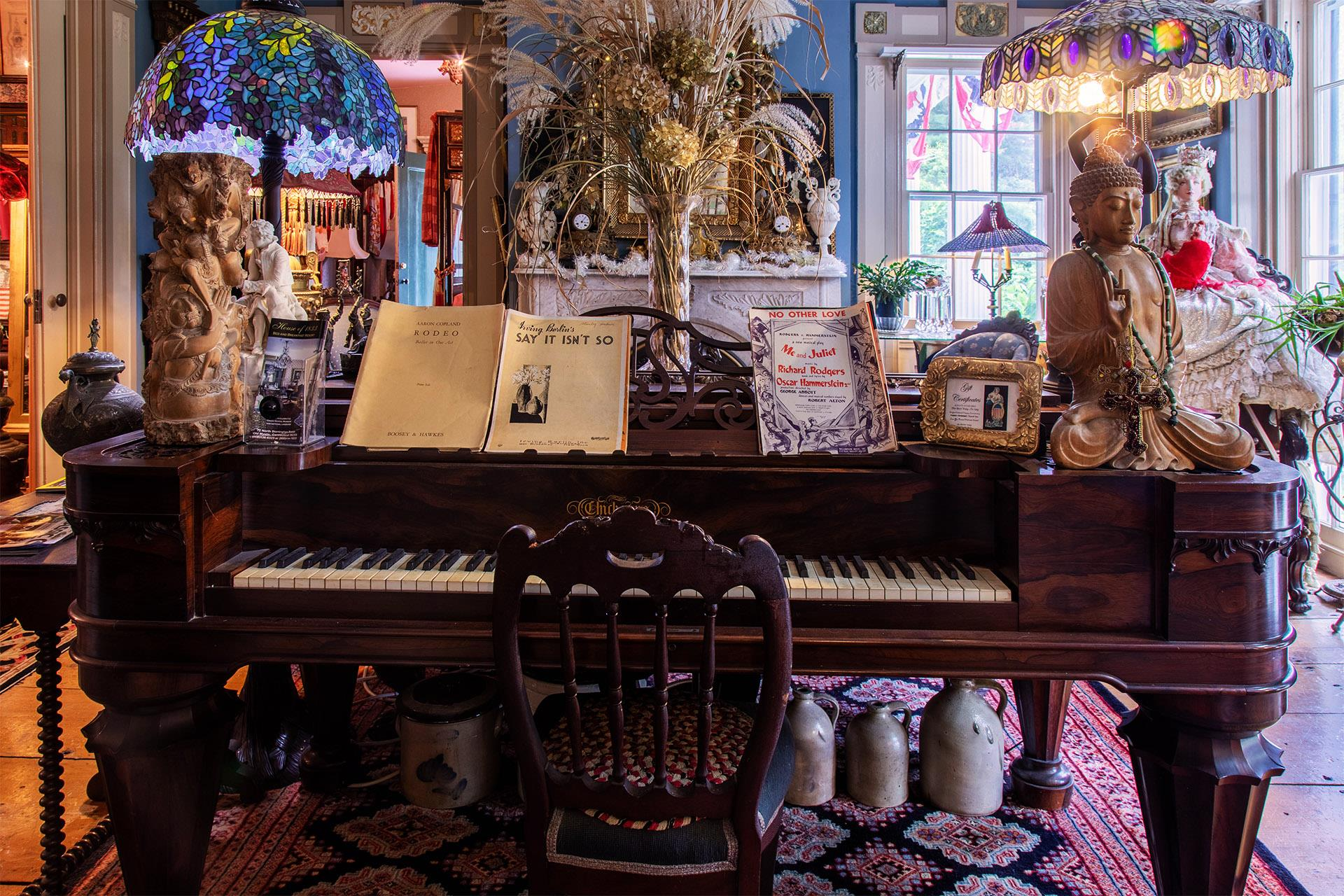 Piano-with-a-variety-of-antiques